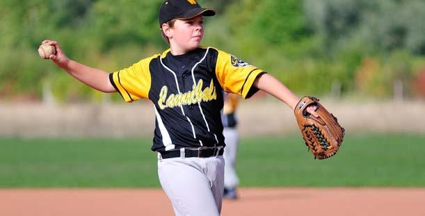 Bald beginnt das Training auf der Bürgerweide, Baseball Schüler Nils holt zum Wurf aus. Foto: Jürgen Weidner