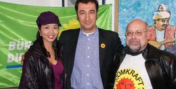 Der Grüne Sauerborn und seine chinesische Ehefrau Ximei Huang mit Cem Özdemir im letzten Landtagswahlkampf in der Alevitischen Gemeinde in Worms.