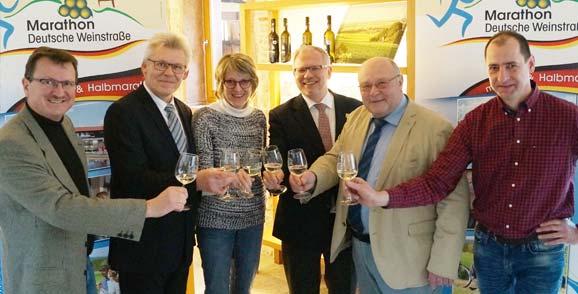 Stoßen mit dem Marathonwein an: Rolf Kley, Reinhold NiederhöferUte Turznik, Hans-Ulrich Ihlenfeld, Kurt Janson und Karl Schäfer (von links).