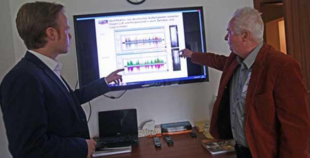 INNOtec Der Bundestagsabgeordnete Jan Metzler (rechts) hat sich bei INNOtec Geschäftsführer Siegfried Pieper darüber informiert, wie sich Radauffälligkeiten an Zügen mit Technik aus Rheinhessen auf Bruchteile eines Millimeters genau in Echtzeit am Bildschirm ermitteln lassen.