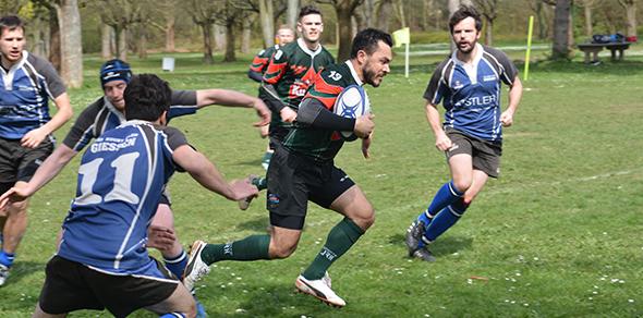 Der  Wormser Rugby Club (grün-rote Trikots) siegte in einer dramatischen Partie gegen Gießen. Foto: Gernot Kirch