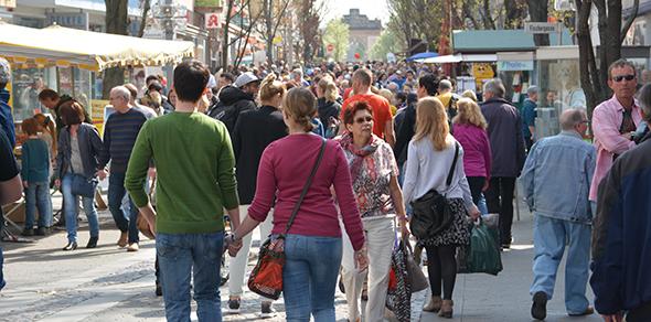 Bei strahlendem Sonnenschein strömten die Menschen in die Frankenthaler City. Foto: Gernot Kirch