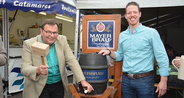 Bürgermeister Michael Walther mit dem traditionellen Fassbieranstich. Foto: Gernot Kirch