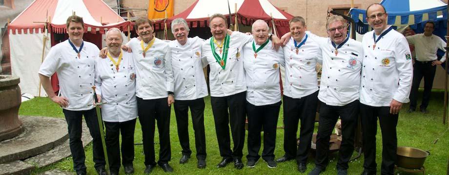Die kochenden Wormser Männer um Hans Biedert (5. von links) können stolz auf ihr gelungenes Fest sein. Foto: Robert Lehr