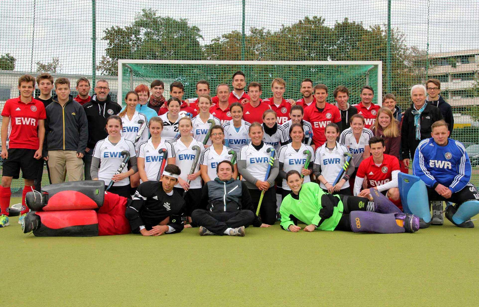 Gemeinsam nahmen die Damen- und Herren-Mannschaften der TG Worms-Hockey Abschied von ihrem 19 Jahre alten Kunstrasenplatz  auf der Jahnwiese.