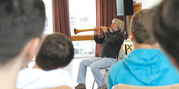 Professor Bernhard Böhm beim Schulkonzert. Foto: N. Seilheimer