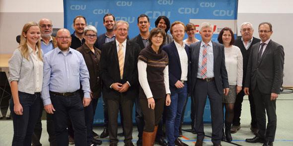 Der neu gewählte Vorstand des CDU-Kreisverbandes Alzey-Worms stellt sich für das obligatorische Gruppenbild auf. Walter Wagner (4. v. re.) übergibt den Parteivorsitz an den Bundestagsabgeordneten Jan Metzler (6. v. re.).