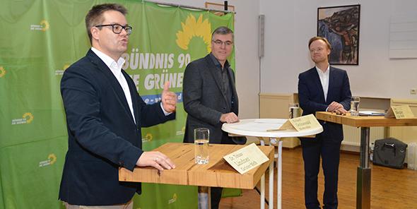Rund 90 Minuten mühte sich das Podium um eine spannende Diskussion. Von links: Dr. Tobias Lindner (Grüne), Moderator Richard Grünewald und Jan Metzler (CDU). Foto: Gernot Kirch