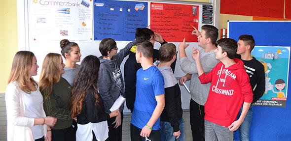 Die Schüler der Realschule plus in Bobenheim-Roxheim konnten im Rahmen der Banktour erste Erfahrungen auf dem Weg zum eigenen Konto machen oder ihr Wissen vertiefen.  Foto: Steffen Heumann