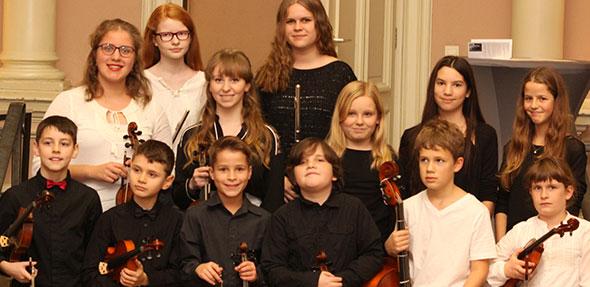 Die Teilnehmer des 2. Wettbewerbs um den Kiwanis-Förderpreis präsentierten sich am Sonntag vor ihrem festlichen Preisträgerkonzert in der Lucie-Kölsch-Musikschule. Foto: Karolina Krüger