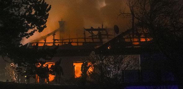 In einem Anwesen im Alsheimer Hahlweg brach am Freitagabend aus noch ungeklärter Ursache ein Feuer aus. Fotos: Mirco Metzler/Die Knipser