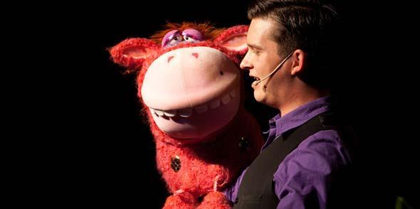 Das Publikum darf sich bei Tim Becker auf eine Comedy-Show voller Überraschungen mit einem Feuerwerk an Gags, Puppenspiel, Bauchreden und guter Unterhaltung freuen.