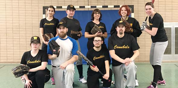 Das Cannibals Mixed Softball Team trainiert wieder in der Halle.