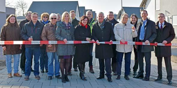 Simone Oehlhof, OB Michael Kissel und Ortsvorsteher Heinz Wößner (Mitte, von links) freuen sich über die Fertigstellung des Baugebietes.