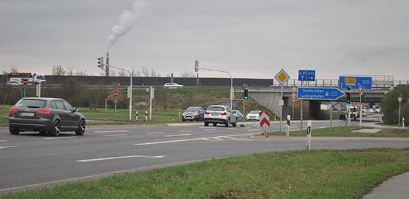 Noch fließt der Verkehr auf und unter der A6 bei Mannheim Sandhofen – drohen während der Bauphase zur Sanierung der Fahrbahndecke lange Staus? Foto: Benjamin Kloos