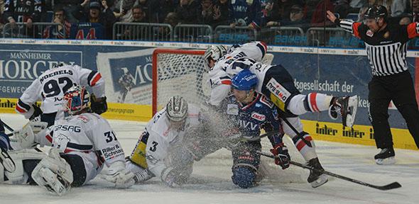 Es war ein hart umkämpftes Match zwischen den Adlern (blaues Trikot) und den Eisbären. Foto: Gernot Kirch