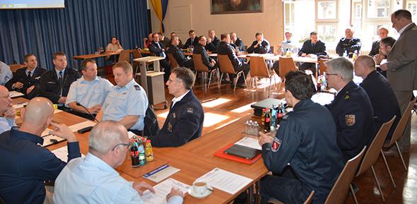 Experten von Polizei und Feuerwehr diskutierten in Monsheim über Großlagen und Möglichkeiten der engeren Vernetzung. Foto: Gernot Kirch