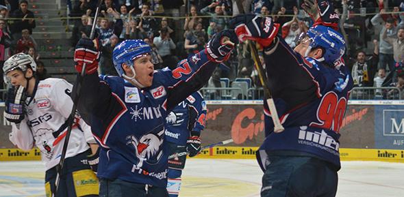 Ryan MacMurchy (links) und Luke Adam jubeln nach dem 3:2 Sieg gegen die Eisbären. Fotos: Gernot Kirch