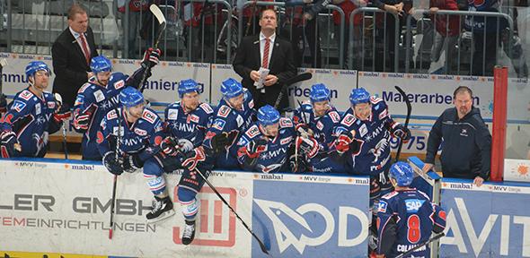 Die Spieler auf der Adler-Bank gratulieren dem Torschützen. Foto: Gernot Kirch