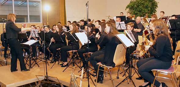 """Das Jugendorchester gemeinsam mit den """"Harmonic Winds"""" unter der Leitung von Ina Kister."""