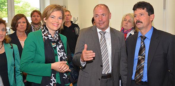 Die rheinland-pfälzische CDU-Vorsitzende Julia Klöckner besucht gemeinsam mit Adolf Kessel (Bildmitte) die Firma Strassberger Filter Gmbh & Co. KG in Westhofen. Archivfoto: Gernot Kirch