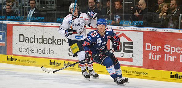 Die Play-Off-Viertelfinalserie zwischen den Eisbären Berlin und den Mannheimer Adlern (blaue Trikots) steht nach Spielen 2:2 unentschieden. Foto: Gernot Kirch