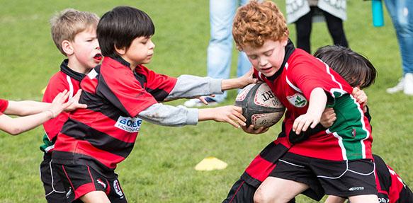 Der Wormser Rugby-Nachwuchs (rot-grüne Trikots) präsentierte sich in Heidelberg in glänzender Verfassung.