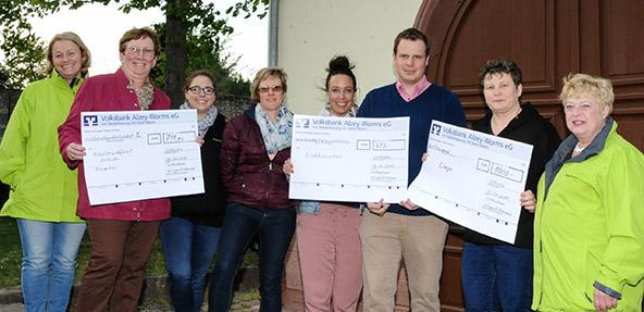 Die Wingertshexen überreichten drei Schecks an den Osthofenern Bürgermeister Thomas Goller. Foto: Presseagentur Die Knipser /Mirco Metzler