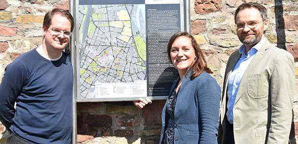 Tourist Info Worms; Philip Schäfer und Sebastian Bonk von Schäfer&Bonk sowie Sandra Kirchner-Spies, Tourist Info Worms vor dem neuen Hinweisschild zur Liebfrauenkirche