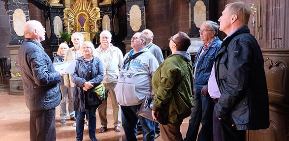 Joachim Schalk führt die Gästegruppe der SPD durch den Dom St. Peter zu Worms