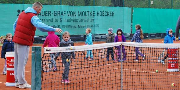 Beim TC Rot Weiß Worms werden die Kleinsten spielerisch an das Tennisspielen herangeführt.