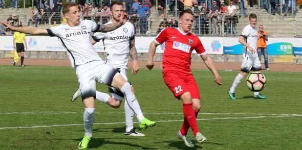 Das wäre es gewesen, hätte Steffen Straub (rechts) den weiten Abschlag von Mario Miltner besser getroffen. So aber blieb der Ball zwischen den Hosenträgern von SVE-Torhüter Daniel Batz gerade noch hängen.