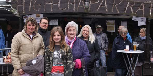 Carry Lerch (links) mit treuen Spendern. Anni Brückmann mit Enkelin Nancy (Mitte) brachten eine große Tasche mit Tierbedarf und Sandra Reuscher (2. von links) und Erika Uhrig (rechts) einige Tüten mit Futterspenden. Foto: Karolina Krüger