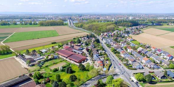 Die B 47 verläuft über zwei Rheinbrücken vierspurig von Worms nach Hessen. Schon vor dem Rosengarten verengt sie sich auf zwei Spuren und führt mitten durch den Ort. Im Berufsverkehr sind Staus an der Tagesordnung.