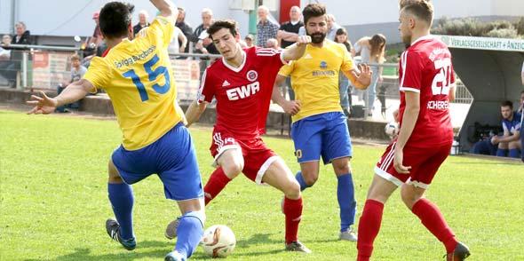 Mathias Tillschneider und Nico Scherer vom Oberligisten TSG Pfeddersheim wollen heute unbedingt gegen den Gast aus Jägersburg gewinnen.Foto: Felix Diehl