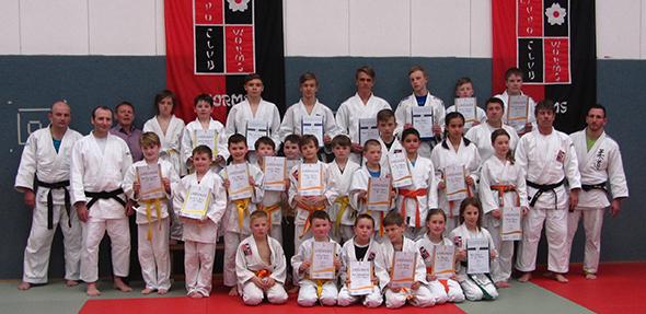 Die erfolgreichen Judokas nach bestandener Prüfung mit ihren Trainern und Prüfern.