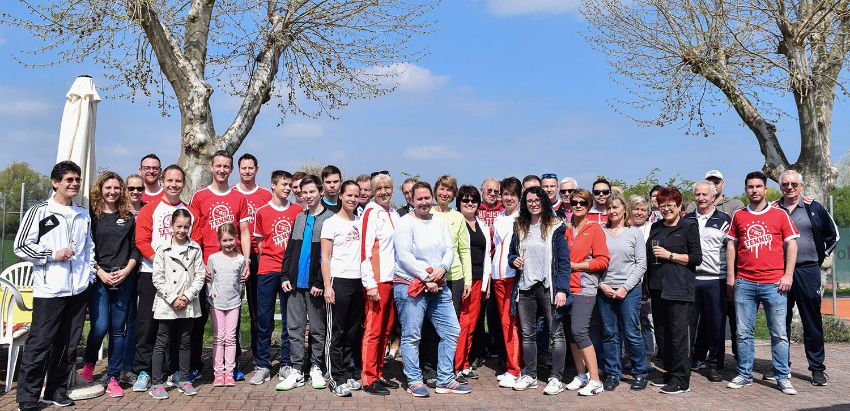 Mitglieder der TGO Tennisabteilung bei der Freiluftsaisoneröffnung. Foto: Martin Bartmann /Die Knipser