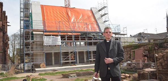 Dompropst Tobias Schäfer vor dem Rohbau des Hauses am Dom. Foto: Gernot Kirch