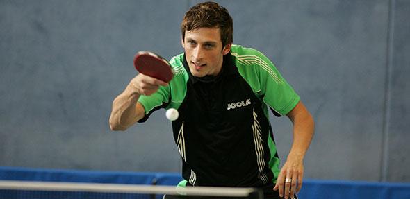 Nico Stehle in Action, vollkonzentriert und fokussiert auf den Ball.