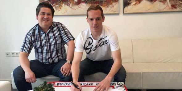 Jan-Lucas Dorow mit Giuseppe Lepore, Geschäftsstellenleiter, bei der Vertragsunterzeichnung (von rechts).