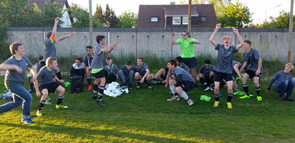 Ausgelassene Freude herrschte bei den C-Jugendlichen der SG Altrhein beim Gewinn der Meisterschaft.