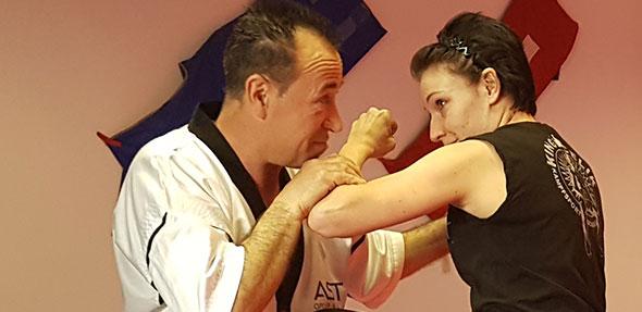 Orhan Celik bietet zum einjährigen Bestehen einen Selbstverteidigungskurs für Frauen und Mädchen an.
