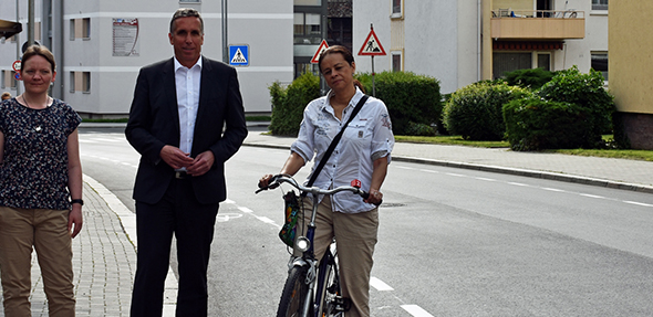 Von links: Abteilungsleiterin Annett Böttner, Baudezernent Uwe Franz und Fahrradbeauftragte Rosa Schumann-Montoya haben bei der Sanierung der Petersstraße eng zusammengearbeitet.