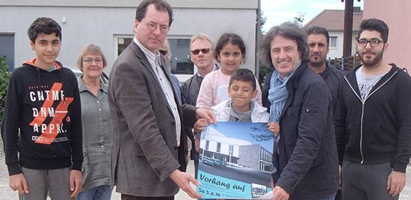 """Freude beim Besuch von Jörg Koch und Karl-Heinz Deichelmann: Helfer und Geflüchtete bei """"Pfeddersheim heißt willkommen"""" freuen sich über eine Spende aus den Heylshofmatineen von 750 Euro."""