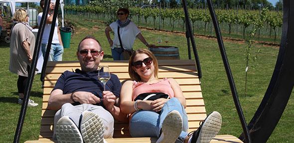 Begehrtester Platz beim Abenheimer Weinwandern, die große Rheinhessenschaukel. Foto: Karolina Krüger