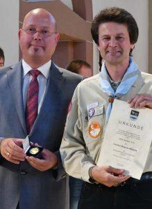 Aus den Händen von Michael Müller erholt Norbert Uhl die Hose Auszeichnung (von rechts