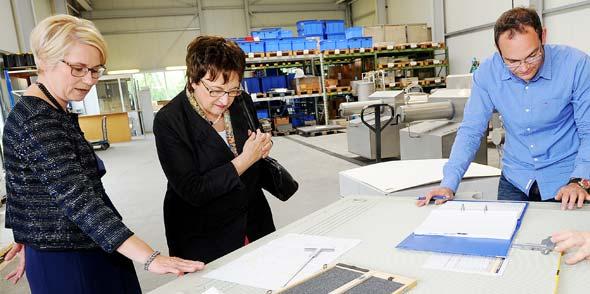 Brigitte Zypries (Mitte) zeigte sich bei ihrem heutigen Besuch sehr interessiert an der Arbeit von Julia Schnitzler (links) und Strassburger Filter. Foto: Strassburger Filter