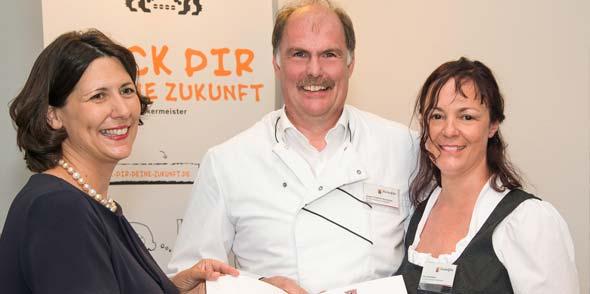 Staatssekretärin Daniela Schmitt bei der Preisübergabe an Jürgen und Elke Scheubeck (von links). Foto: Horst Bless