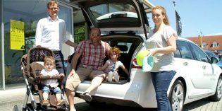 Gemeinsam mit Familie Achour testet Junior-Geschäftsführer Stefan Lentz den Kofferraum des Opel Insignia Sports Tourer. Fazit: Mehr als genug Platz!