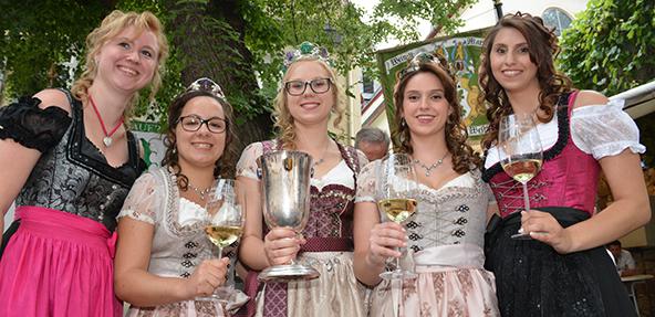 Das Traubenblütenfest beginnt traditionell mit der Krönung der neuen Traubenblütenkönigin. Foto: Gernot Kirch